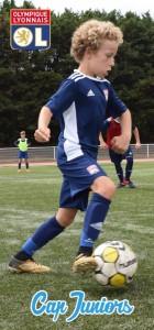 Un jeune joueur en pleine action de contrôle de son ballon au pied, lors d'un stage de foot