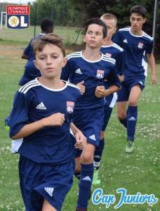 De jeunes joueurs s'échauffent à l'entrainement lors d'un stage de foot