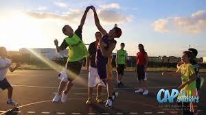 A l'engagement, 2 adversaires cherchent à récupérer le ballon de basket