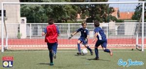 Séance de tirs au but et d'entraînement pour ce jeune gardien de foot.