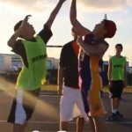 Ballon d'engagement au cours d'un match de basket amical
