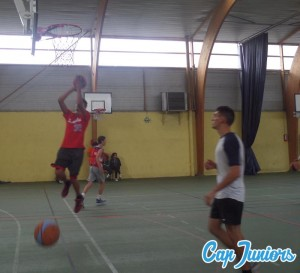 Tentative de marquer un panier pendant un match de basket