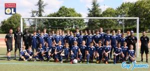 Toute une équipe de foot réunie pose pour un portrait géant, à l'occasion d'un stage de foot